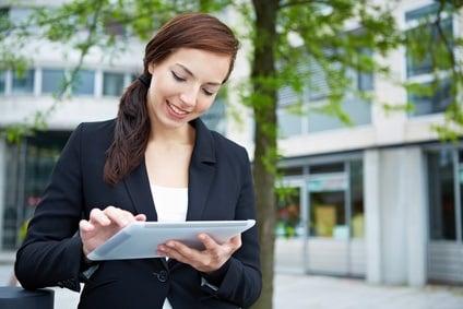 Cross-Media: Businessfrau benutzt Tablet Computer