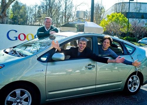 Selbstfahrendes Auto mit den Chefs von Google