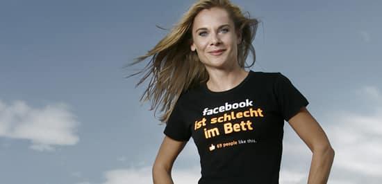 "Anitra Eggler mit T-Shirt ""Facebook ist schlecht im Bett"""