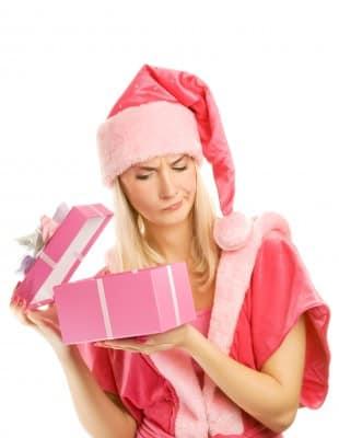 Kritischer Blick auf Weihnachtsgeschenk