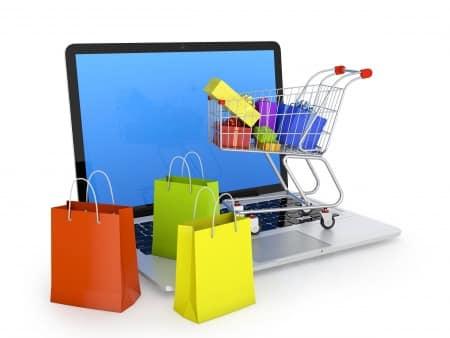 Einkaufswagen mit Ware vor Computer, Google Shopping