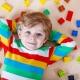 Junge spielt Lego - AdWords für Youtube