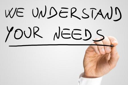 """Conversion-Optimierung: """"We understand your needs"""", schreibt Mann auf Glaswand."""